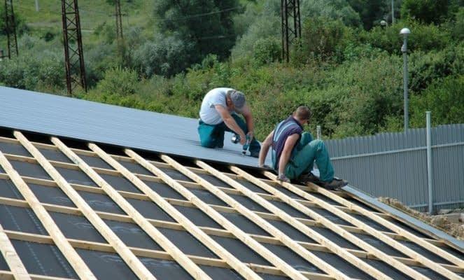 Správna montáž plechovej strechy: kľúč k dlhej životnosti a bezproblémovému využívaniu