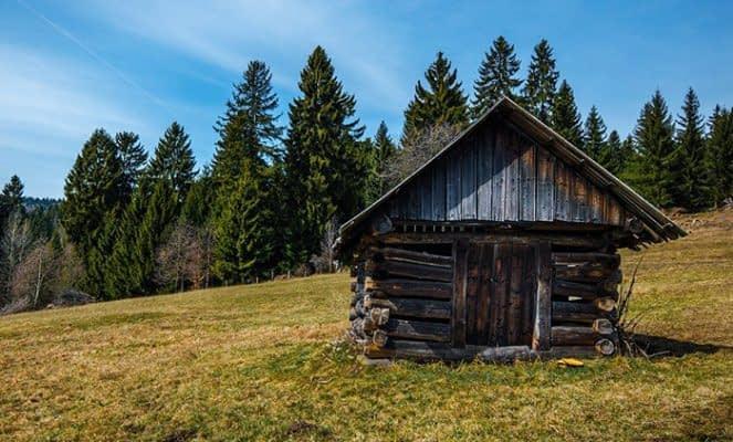 Z akých materiálov stavali strechy naši predkovia?
