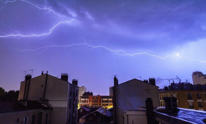 Letné búrky sú tu. Ako na ne pripraviť plechovú strechu a čo si všímať po búrke?