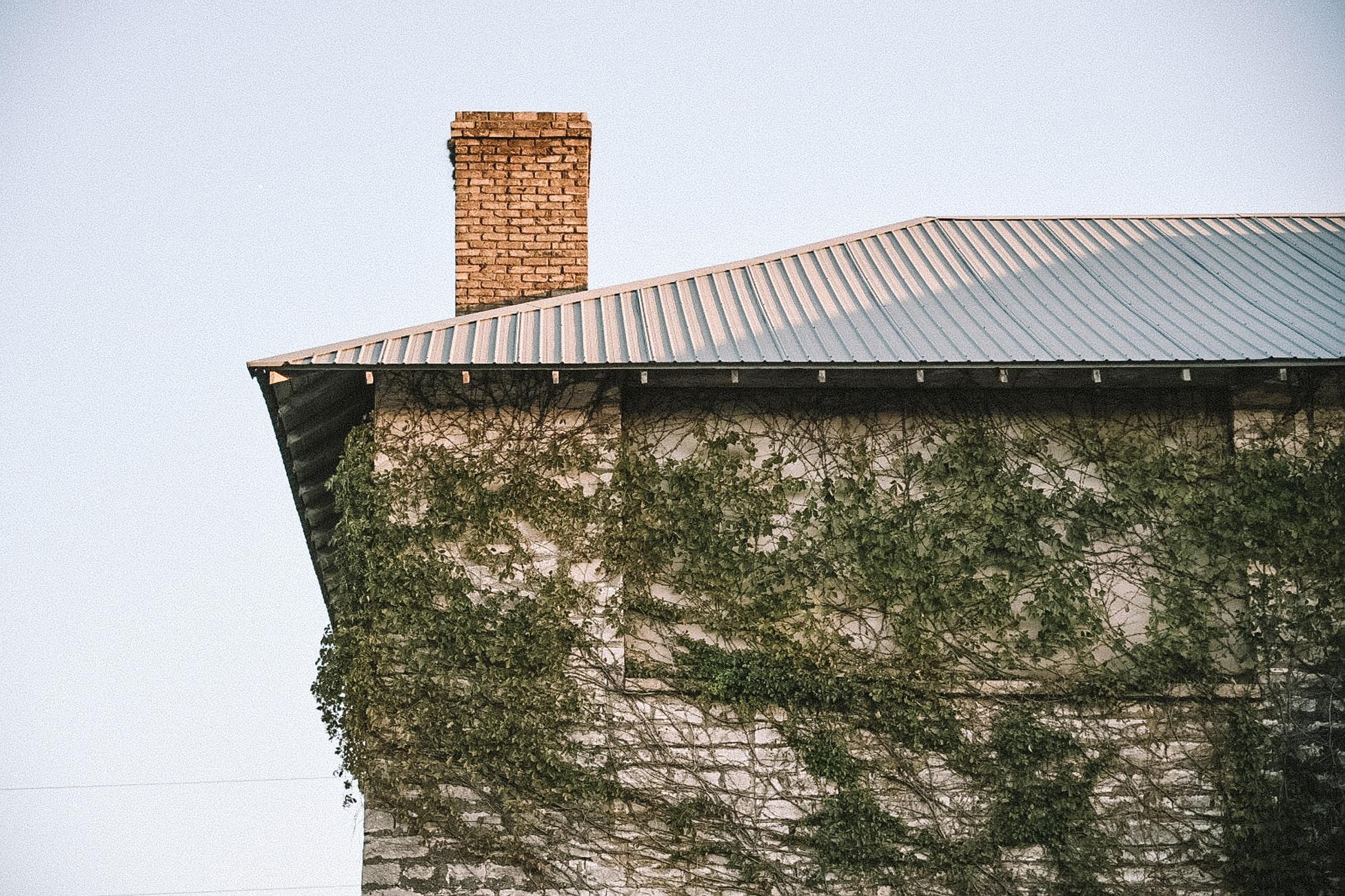 Prečo je dôležitý tesniaci pás okolo komína a akým spôsobom sa dá ešte použiť?