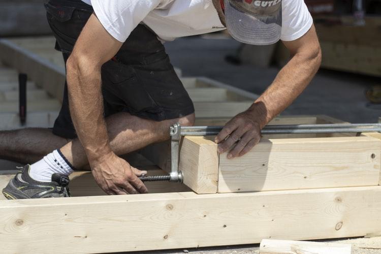 5 tipov, ako si vybrať pokrývača strechy